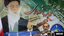 انتقادات ولایتی از سیاست خارجی دولت دهم در حالی است که خامنهای این سیاستها را باعث «عزت و اعتبار جمهوری اسلامی» دانسته است.