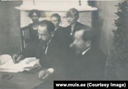 Дипломат із радянської Росії Адольф Йоффе за дорученням Володимира Леніна підписує мирний договір з Естонією, Тарту, 2 лютого 1920 року. Фото Естонського державного архіву