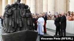 Папа Франциск на церемонии открытия скульптуры, изображающей мигрантов. Ватикан, 29 сентября 2019