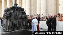 Papa Franja ispred skulpture posvećene migrantima na Trgu Svetog Petra u Vatikanu
