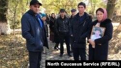 Родственники Асанова у здания суда, 7 ноября 2019 г.