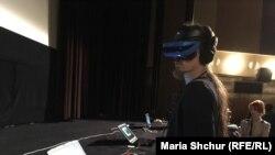 Глядач проекту Aftermath VR: Euromaidan у Празі, 21 лютого 2019 року