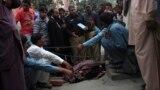 شرطة باكستانيون يجمعون الأدلة الجنائية في حادث قتل (فرزانه بارفين) التي قتلت رجماً من قبل أفراد عائلتها.