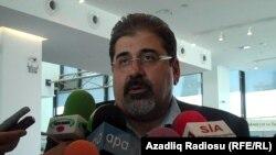 ՀՅԴ ղեկավար անդամ Կիրո Մանոյանը պատասխանում է լրագրողների հարցերին: Բաքու, 11-ը հոկտեմբերի, 2010թ.