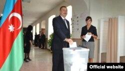 Ільхам Алієв під час голосування на виборах у 2008 році