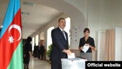 От 14-го округа зарегистрирована Мехрибан Алиева (на фото справа) - первая леди Азербайджана