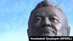Заманбек Нұрқаділовтің зират басындағы мүсіні. Алматы, 12 қараша 2011 жыл.