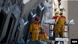 Spasilačke ekipe pretražuju ruševine u nadi da će naći preživjele, 8. februar 2016.