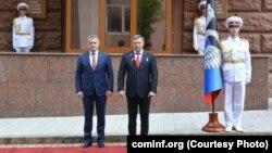 Анатолий Бибилов (слева) и глава ДНР Александр Захарченко в Донецке, 11 мая 2017 г.
