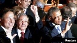 Рауль Кастро (з піднятою рукою) і Барак Обама серед учасників саміту Америк, Панама, 10 квітня 2015 року