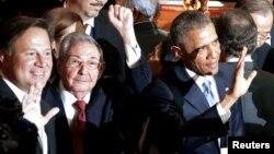 Raul Castro (në mes) dhe Barack Obama (djathtas)