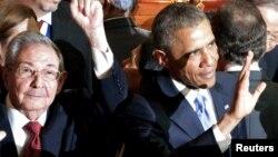 Рауль Кастро и Барак Обама на саммите американских государств в Панаме в апреле 2015 года