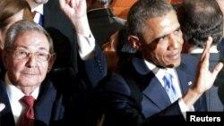 باراک اوباما (راست) و رائول کاسترو، رهبر کوبا