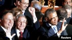Președintele Cubei, Raul Castro (c.) și cel american Barack Obama (dr.) La deschiderea Summitului Americilor în Panama