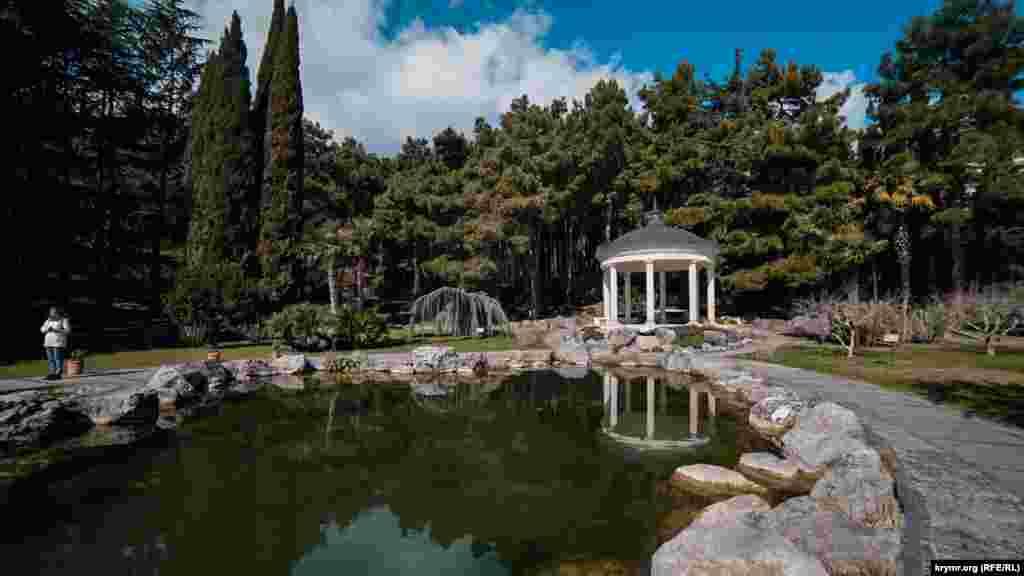 Озеро біля акустичної альтанки
