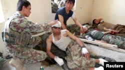افغانستان: د لوګر بره کي برک ولسوالۍ په چلتن دره کې د ملي اردو پر پوستې د برید ژوبل سربازان په روغتون کې. ۲۰جولای ۲۰۱۵