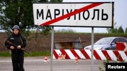 Украинский военный на позиции на въезде в Мариуполь.