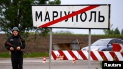 Ukrain esgeri barlag nokadynda dur. Mariupol, 9-njy maý, 2014.