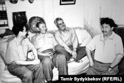Солдон оңго: Токтоболот Абдымомунов, Түгөлбай Сыдыкбеков, Констнтин Симонов жана Түмөнбай Байзаков,