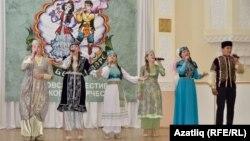 """Сәхнәдә Кырымнан """"Тебюссем"""" балалар төркеме"""