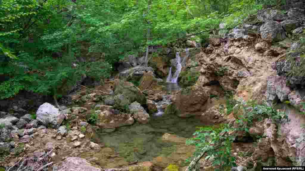 Неподалеку от этого места протекает«истощенная» из-за малоснежной зимы и сухой весны быстрая речка Кизилкобинка.Если в летний период реку не подпитают дожди, о традиционных «ваннах молодости» в Кизил-Коба можно будет забыть