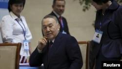 Мәжілістің ерте сайлауына дауыс беруге келген Қазақстан президенті Нұрсұлтан Назарбаев сайлау учаскесінде отыр. Астана, 20 наурыз 2016 жыл.