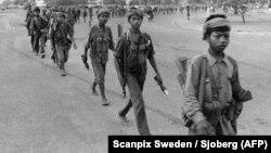 Юные партизаны красных кхмеров вступают 17 апреля 1975 года в Пномпень