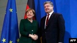 Петро Порошенко та канцлер Німеччини Анґела Меркель перед початком перемовин. Берлін, 30 січня 2017 року