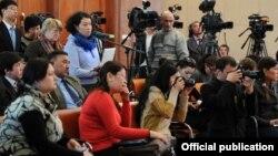 Президент Алмазбек Атамбаевдин маалымат жыйынына катышкан журналисттер. 24-декабрь, 2012-жыл.