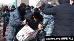 Полицейские Нур-Султана задерживают протестующих. В руках задерживаемого плакат с надписью «Дулат — жертва системы». 1 марта 2020 года.