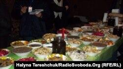 Таке частування приготувала родина Трофанюків майданівцям на Святвечір 6 січня 2014 року