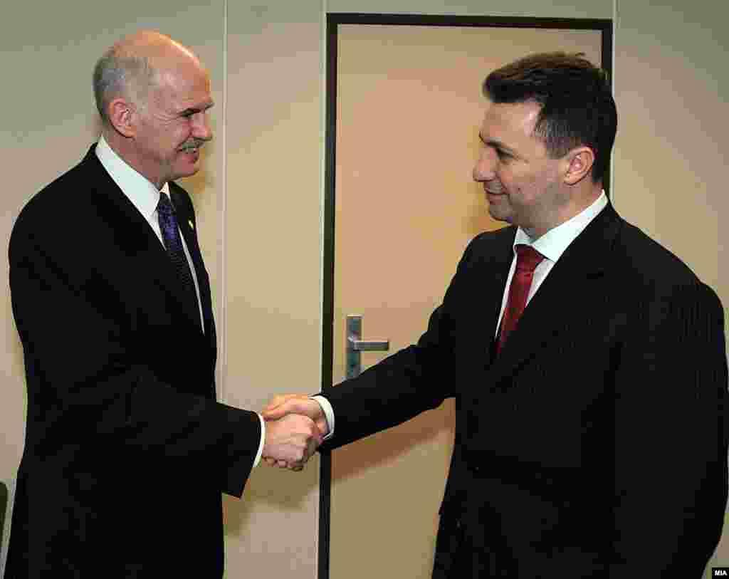 Премиерите на Македонија и Грција се ракуваат пред средбата во Брисел - Премиерите на Македонија и Грција Никола Груевски и Јоргос Папанреду на средба во Брисел