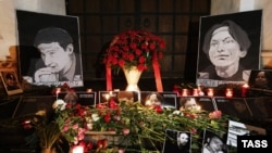 Цветы на месте убийства Станислава Маркелова и Анастасии Бабуровой в центре Москвы