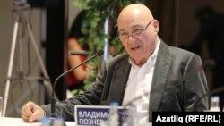 Ресейлік ардагер журналист Владимир Познер журналистермен кездесіп отыр. Қазан, 28 қараша 2012 жыл.