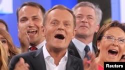 Premierul Donald Tusk manifestîndu-și bucuria după anunțul rezultatelor preliminare