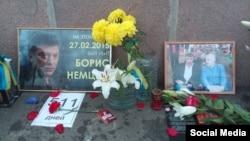 Мәскеудегі Борис Немцовты өлтіріп кеткен көпіргеазаматтар қойған саясаткердің суреті мен гүл шоқтары.