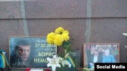 «Народны» мэмарыял на месцы забойства Барыса Нямцова.