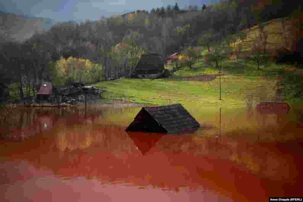 A house inundated by the Rosia Poieni copper mine near the village of Geamana, Romania, April 21, 2017. (RFE/RL, Amos Chapple)