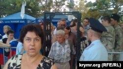 Севастопольці проходять через рамку металошукача на мітинг у підтримку Чалого, вересень 2014 року