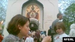 В 1925 построен православный Храм Успения пресвятой Богородицы. С тех пор в этой части Ольшанского кладбища стали хоронить всех православных, умерших в Праге