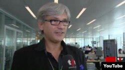 Рокки Людовик -- Швейцарерчу Le Matin цIе йолчу газетан корреспондент.