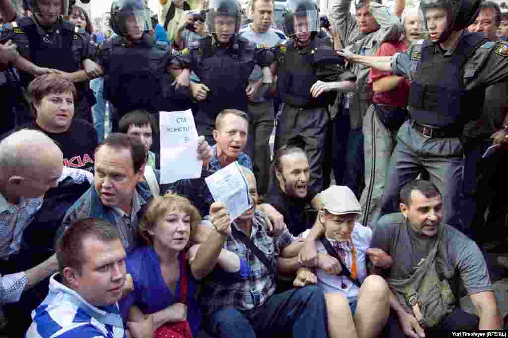 Около 10 человек сели на асфальт на углу Триумфальной площади и Тверской улицы.