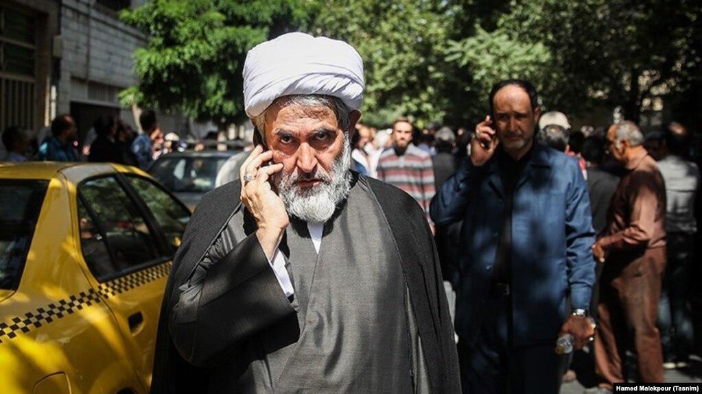حسین طائب، رئیس سازمان اطلاعات سپاه با توجه به رابطه ویژهای که با رهبر و بیت رهبری دارد، حتی جایگاه فرماندهی سپاه هم را به چالش کشیده است.