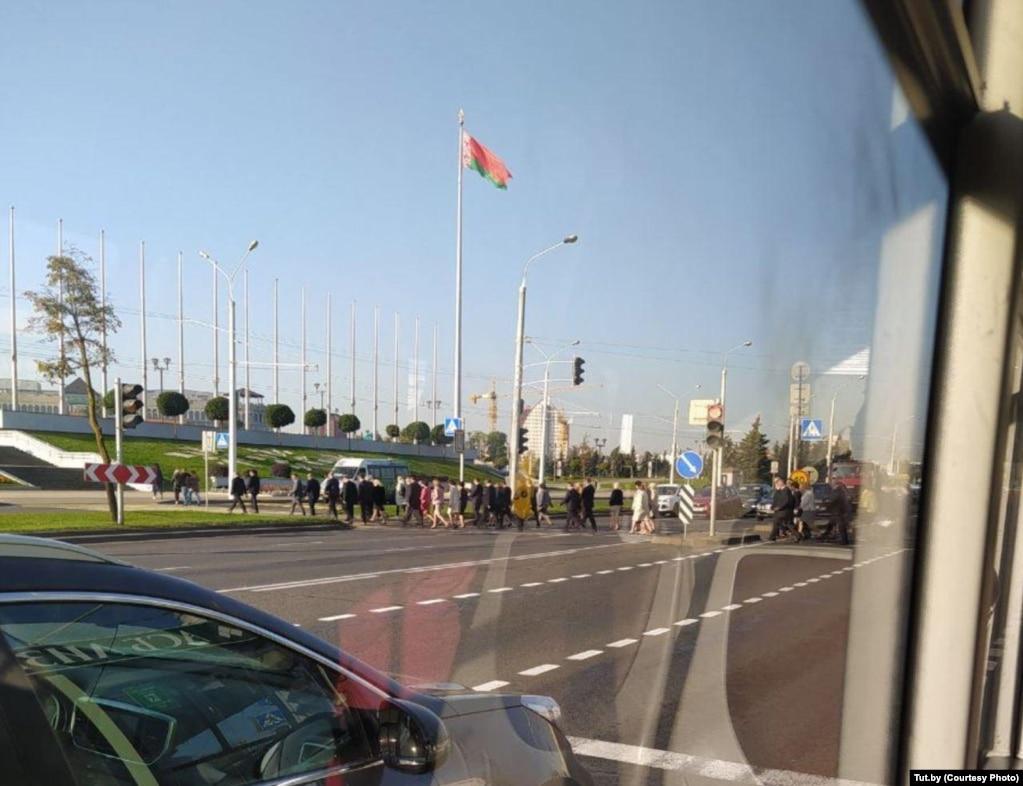 Жителі Мінську говорять, що зранку спостерігали велику кількість силовиків поблизу Палацу незалежності та виставкового центру «БелЕкспо», який розташований поруч