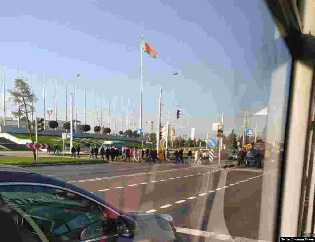 """В среду утром можно было увидеть большое количество силовиков возле Дворца независимости и выставочного центра """"БелЭкспо"""", который находится неподалеку"""