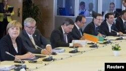 Слева направо — канцлер Германии Ангела Меркель, председатель Еврокомиссии Жан-Клод Юнкер, президент Европейского центробанка Марио Драги, президент Франции Франсуа Олланд, премьер-министр Испании Мариано Рахой и премьер-министр Греции Алексис Ципрас на встрече в Брюсселе, 7 июля 2015 года.