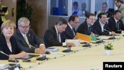 Ձախից՝ աջ․ Գերմանիայի կանցլեր Անգելա Մերկելը, Եվրահանձնաժողովի նախագահ Ժան Կլոդ Յունկերը, Եվրոպական կենտրոնական բանկի նախագահ Մարիո Դրագին, Ֆրանսիայի նախագահ Ֆրանսուա Օլանդը, Իսպանիայի վարչապետ Մարիանո Ռախոյը և Հունաստանի վարչապետ Ալեքսիս Ցիպրասը Բրյուսելում բանակցությունների ժամանակ, 7-ը հուլիսի, 2015թ․