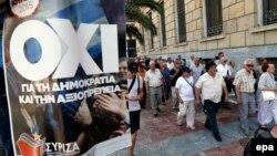 کارمندان یونانی از کنار کارزار «نه» در همهپرسی رد میشوند. دریافت پول از خودپردازها به ۶۰ یورو محدود شده و بانکها تعطیل است