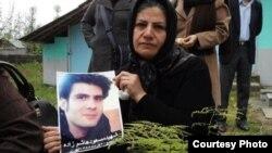 مادر مسعود هاشمزاده، نشسته بر مزار او