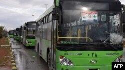 Адамдарды чыгарып кетүү үчүн даяр турган автобустар